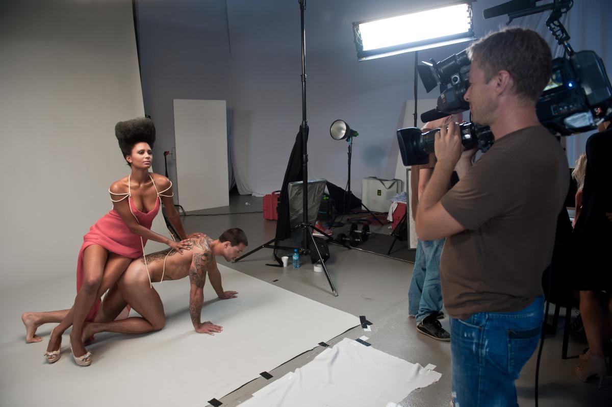 Natalia pozuje z modelem